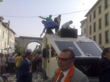 Photo du fourgon blindé de Générik Vapeur, festival de théâtre de rue d'Aurillac
