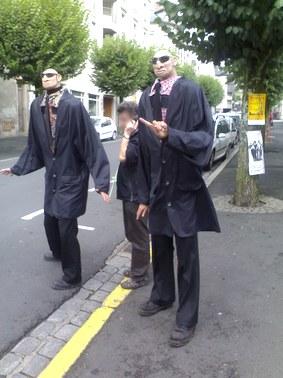 Les P'tites têtes, gardes du corp, festival de théâtre de rue d'Aurillac