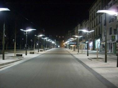 Aurillac, avenue Gambetta la nuit, son éclairage public
