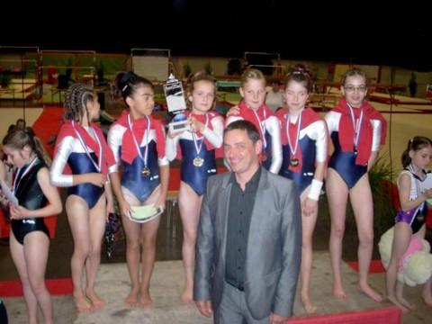 La Cantalienne, filles niveau 6 et Alain Calmmette, maire
