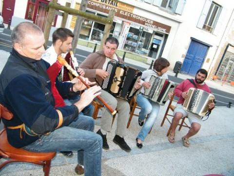 Cabrette et accordéon, la tradion à la fête de la musique