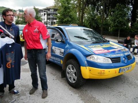 Alain Cournil (en rouge) à Aurillac pour la présentation du rallye