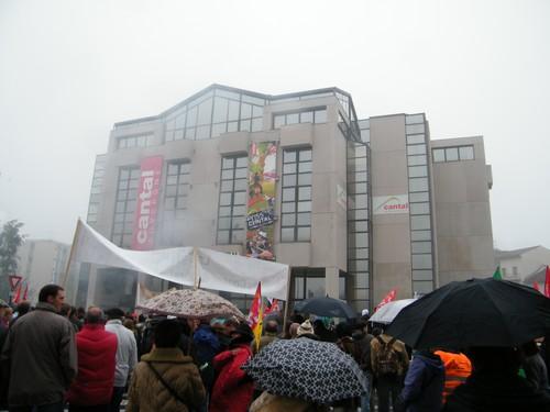 Manifestants devant le Conseil Généra du Cantal à Aurillac
