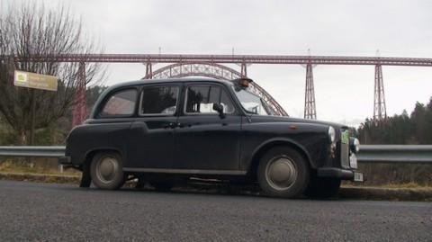 Taxi Anglais devant le viaduc de Garabit, circuit du raid des neiges