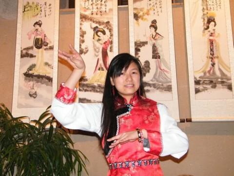 Yu Hua le temps d'une photo pour ses amis étidiants
