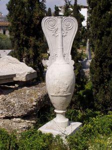 Marmorne Grablutrophore des Hegetor, vom Kerameikos in Athen, um 350/40 v. Chr., gefunden 1863 (Abguss im Gelände).