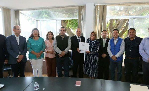 El secretario de Hacienda, Jorge Michel Luna, fue el encargado de entregar el documento