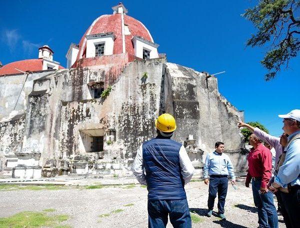 acompañado por la delegada del Instituto Nacional de Antropología e Historia (INAH), Isabel Campos