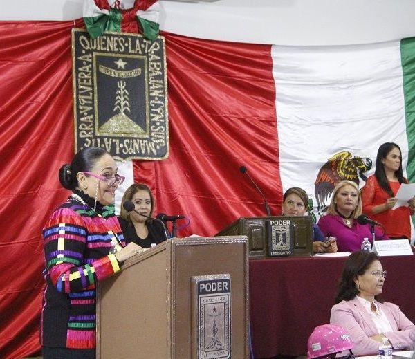 la diputada Beatriz Vícera Alatriste, presidente de la Mesa Directiva