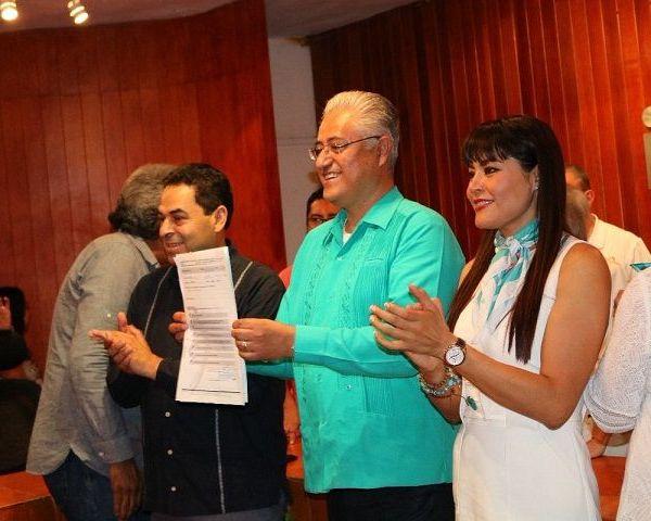 Estuvo acompañado por presidente estatal del PANAL, Javier Bahena Cárdenas, maestros adheridos al Sindicato Nacional de Trabajadores de la Educación (SNTE) y catedráticos y trabajadores de confianza de la UAEM y ruteros