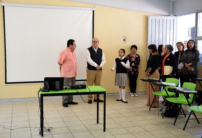 la profesora Diana Mireya Nájera Morales, directora del plantel, le informó sobre la conclusión de las obras de rehabilitación de las aulas dañados por el sismo del pasado 19 de septiembre, así como el arreglo de barandales y pintado de todos los edificios