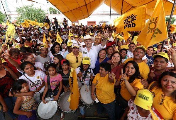 Se comprometió con apoyar a otro sector vulnerable como lo son los adultos mayores, quienes durante su gobierno contarán con una pensión universal de mil 200 pesos mensuales