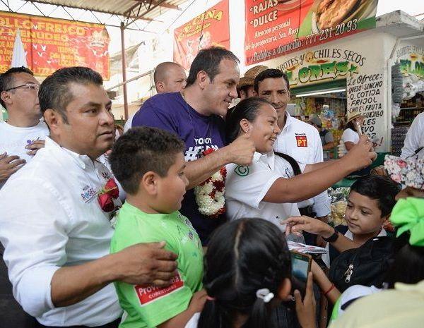 Recorrió varias calles del centro de Emiliano Zapata y, de igual manera, recorrió todos los pasillos del mercado municipal, donde los locatarios le auguraron un triunfo rotundo y aprovecharon para estrechar su mano