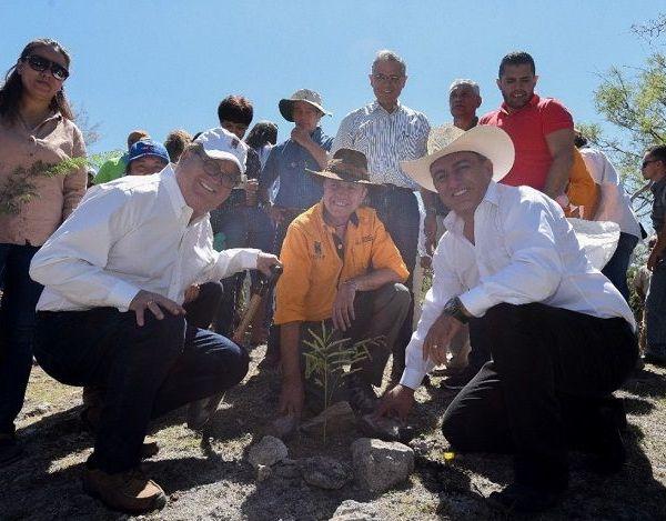 frente a cientos de voluntarios que acudieron a la reforestación, el mandatario recordó que su llegada al gobierno no fue producto de la popularidad sino de una nueva visión para el desarrollo de Morelos, que fue construida con los morelenses ante el rezago de más de 20 años en infraestructura, políticas públicas ambientales y falta de crecimiento