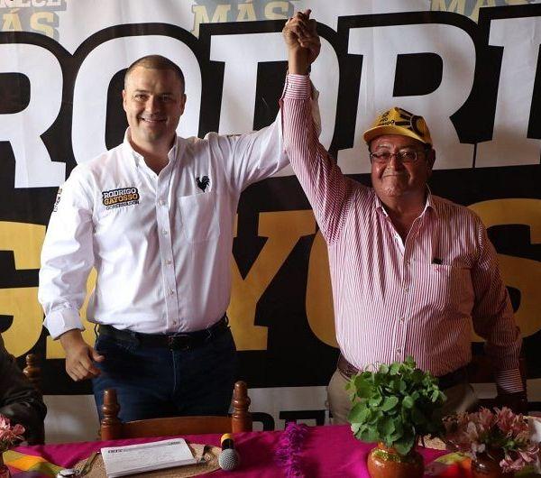 Fueron casi 50 integrantes y representantes de la CTM los que brindaron su respaldo al candidato a la gubernatura por el PRD y PSD, Rodrigo Gayosso Cepeda, ya que mencionaron es el único aspirante comprometido con los morelenses y dispuesto a transformar Morelos