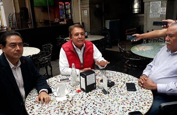 """Los candidatos del PRI, Por Morelos al Frente e independiente se reunieron en conocido restaurante del centro de Cuernavaca, en donde anunciaron que """"buscamos la conformación de estrategias que frenen prácticas irregulares en los comicios y se defienda el voto en las casillas"""""""