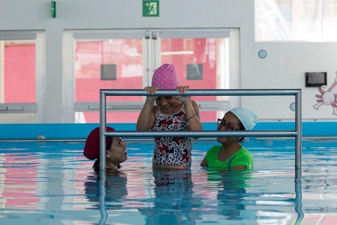 Mariana Saavedra Zarazua, directora del CREE Morelos, mencionó que a través de la hidroterapia se fortalecen los procesos de rehabilitación de pacientes con lesiones medulares, fibromialgia, trastornos musculares, esqueléticos, enfermedades reumáticas, neurológicas, entre otros padecimientos