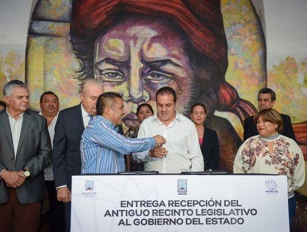 El mandatario y el presidente de la Mesa Directiva del Congreso del Estado, Alfonso de Jesús Sotelo Martínez, firmaron el acta de Entrega Recepción del antiguo recinto legislativo