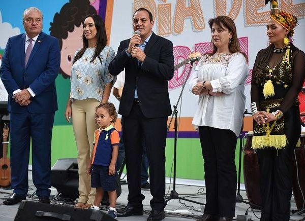 """""""Muchas felicidades por este día tan importante"""", deseó el Gobernador a los asistentes, a quienes recordó que algún momento """"todos fuimos niños y fue etapa muy bonita para todos nosotros, nos acordamos de cuando jugamos en las calles, en las colonias. Muchas felicidades a todos"""". En el festejo participaron """"pequeñines"""" procedentes del centro de la ciudad y demás colonias de Cuernavaca, así como de municipios conurbados como Jiutepec, Temixco, Emiliano Zapata y Xochitepec"""