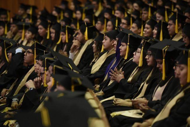"""Al presidir la décimo segunda Ceremonia de Graduación ,realizada en el Centro Cultural Teopanzolco, el mandatario les dijo: """"Hoy cierran un ciclo que los preparó para enfrentar los retos profesionales por venir, me siento muy orgulloso de estar compartiendo este recinto con el semillero de nuevos profesionales"""""""