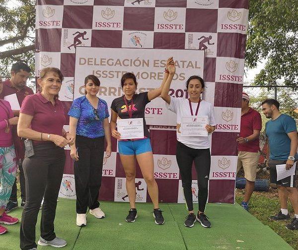 Verónica Solano Flores, en representación del Delegado Estatal del ISSSTE, encabezó la ceremonia de premiación a los atletas Julio Morales Sotelo, Alán López Fuentes y David Giles Sánchez, que con tiempos de 34.07, 35.43 y 35.13, fueron ganadores del primero, segundo y tercer lugares, respectivamente, dentro de la Categoría Libre, Rama Varonil