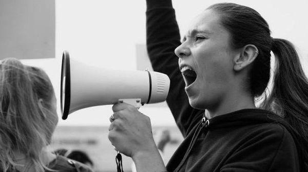 El Alto tribunal estableció que la ley que regula el derecho de réplica, al exigir que el nombre, domicilio, correo electrónico y teléfono del responsable de recibir y resolver las solicitudes de réplica estén publicados en el portal electrónico de los sujetos obligados –medios de comunicación, agencias de noticias y productores independientes, entre otros–, no vulnera el derecho a la vida e integridad de las personas dedicadas al periodismo o al proceso informativo, toda vez que puede publicarse la dirección de la persona moral o en caso de una persona física, basta con la publicación del correo electrónico.