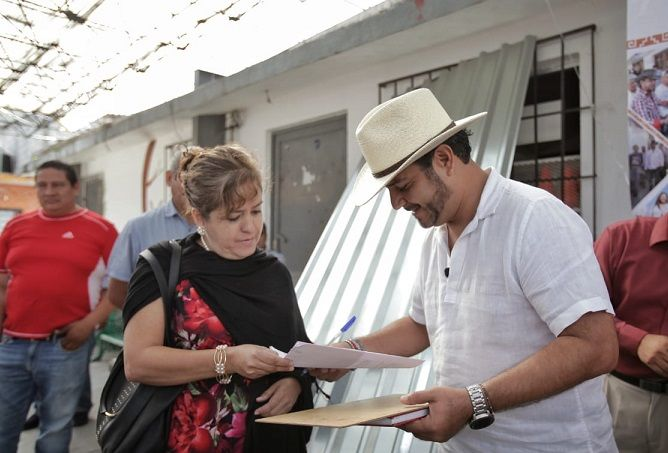 Esta mañana durante su recorrido por Lomas de Cortés, el alcalde fue recibido por decenas de ciudadanos que fueron beneficiarios de los compromisos que Antonio Villalobos selló dentro de la Oficina Móvil del Presidente, reunión de trabajo a la que se sumaron líderes sociales de otras colonias de la ciudad