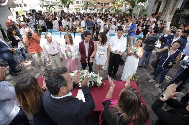 """El alcalde Antonio Villalobos felicitó a las parejas que decidieron contraer matrimonio porque esa acción fortalece la estructura de la comunidad y es un acto de amor. """"Habrá momentos difíciles, alegrías y tristezas, pero unidos saldrán adelante formando un hogar"""", reflexionó"""