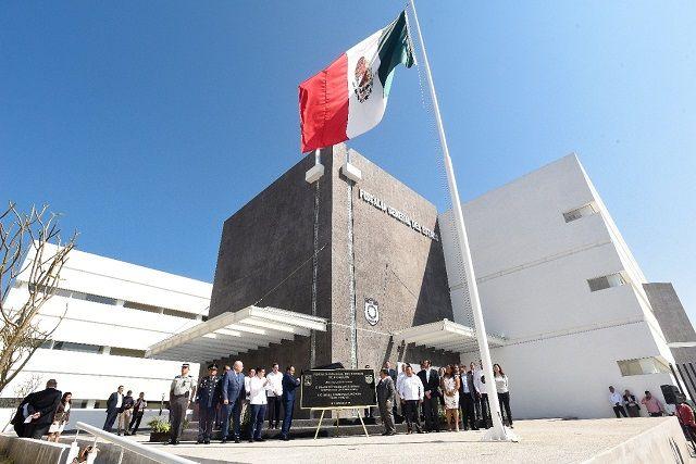 Tras develar una placa conmemorativa, el jefe de Ejecutivo local, junto con el fiscal Uriel Carmona Gándara recorrieron las modernas instalaciones de la FGE, donde se invirtieron 329 millones de pesos