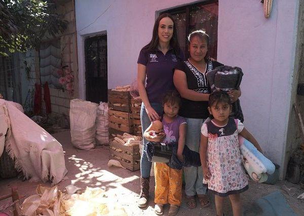 """Natália Rezende visitó diferentes comunidades para llevar estos donativos a los hogares de las personas que más lo necesitan. """"Hoy venimos a este municipio para seguir con las entregas de cobertores y ropa invernal, y con ello, apoyar a quienes más lo necesitan durante esta temporada; sabemos que las temperaturas continúan descendiendo y estamos acudiendo a sus hogares para distribuirlos"""", indicó"""