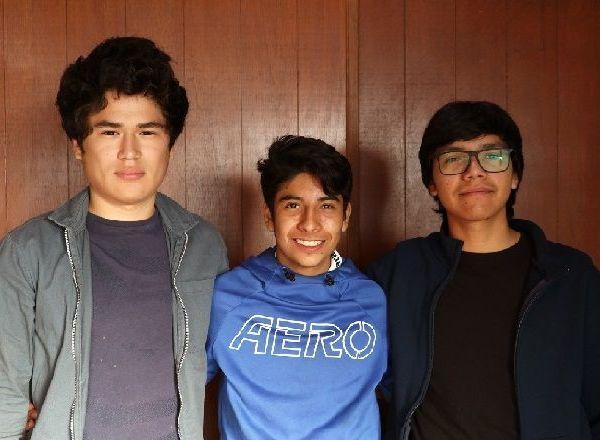 Precisó que los estudiantes son Miguel Oberón Ortiz Ortiz, José Leonardo Díaz Neri y Sebastián García Laredo, quienes fueron seleccionados por las destrezas y competencias en programación, electrónica y edición multimedia, certamen convocado por el Campus Bonaterra de la Universidad Panamericana (UP)