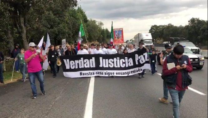 La marcha arrancó de la glorieta de la Paloma de la Paz, al norte de Cuernavaca, y se dirige a la Ciudad de México, a través de la autopista, y como hace ocho años busca visibilizar la tragedia que viven miles de familias mexicanas, que han sido víctimas de la violencia que padece el país