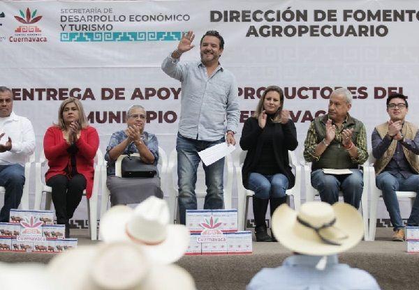 al entregar apoyos a 62 ganaderos de Cuernavaca, en el poblado de Santa María Ahuacatitlán, con una inversión de 340 mil pesos y con un monto global de 1.8 mdp, para los productores de distintas ramas productivas de todo el municipio