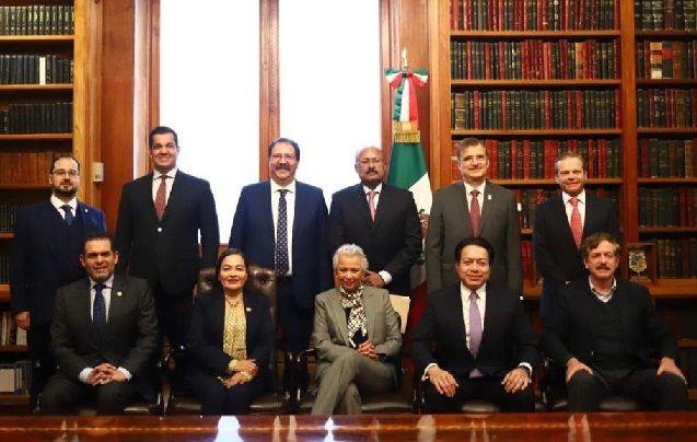 Reunidos en Palacio Nacional con la secretaria de Gobernación, abordaron los grandes retos que tiene el país, como; impulso a los programas sociales, disminución a las prerrogativas a los partidos políticos, fuero presidencial, entre otros