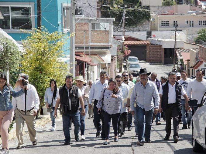 """En el conocido """"Lobomóvil"""", estacionado en la calle Galeana esquina con Vicente Guerrero, escuchó y respondió las demandas de amas de casa y comerciantes que le pidieron apoyo para cambiar luminarias fundidas, ya que las calles oscuras propician la delincuencia"""