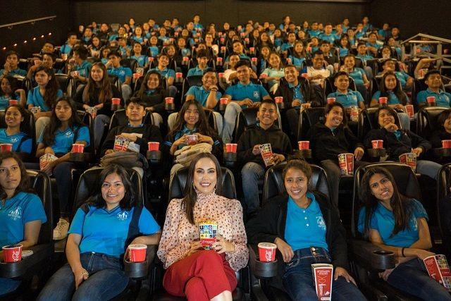 Acompañados de la presidenta del organismo estatal, Natália Rezende Moreira, casi mil invitados de los municipios de Cuernavaca, Emiliano Zapata, Tlaltizapán, Xoxocotla y Yautepec, acudieron a una función de cine especial con palomitas y refresco, donativo que realizó la empresa Cinemex