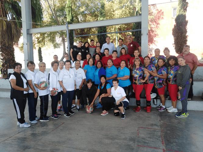 De paso entregaron reconocimientos a quienes dieron los primeros pasos en esta disciplina de Cachibol en la ciudad de Cuernavaca, que fueron ovacionadas por quienes puntuales se dieron cita en el Parque Denver de Lomas Ahuatlán