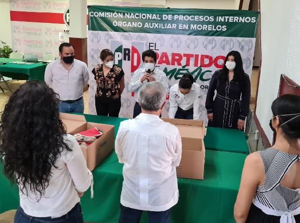En sesión permanente el órgano auxiliar en Morelos de la Comisión Nacional de Procesos Internos (CNPI) declaró cumplidos los procedimientos; José Trinidad Padilla Barragán y representantes priistas, llevaron la propuesta de la planilla roja e hizo entrega de la documentación que contiene la lista de las consejeras y consejeros