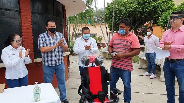 a través de la Beneficencia Pública, se entregó 203 pares de lentes, cuatro sillas de ruedas y una silla especial para un menor con parálisis cerebral infantil