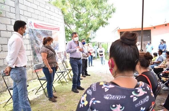 Reunido con vecinos del centro de población, el edil Rafael Reyes destacó el trabajo conjunto que realizan población y autoridades para ampliar los servicios públicos en el territorio y dio a conocer que seguirá trabajando por la gente que más lo necesita