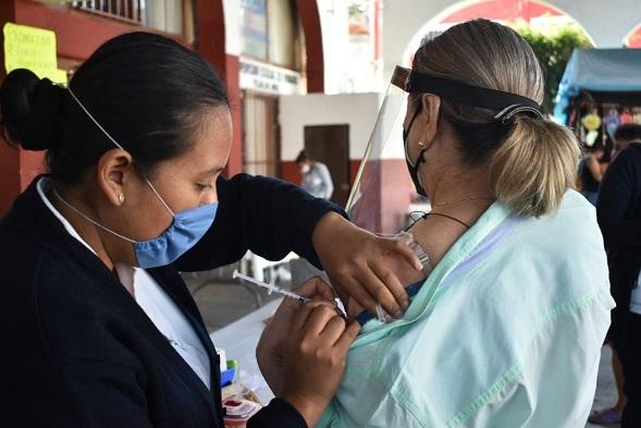 De manera simultánea en el zócalo de Jiutepec, así como en las instalaciones de la delegación y del centro de salud del pueblo de Tejalpa, fueron suministradas las primeras 450 dosis. Se tiene previsto que esta semana estén disponibles dos mil 250 vacunas, distribuidas en los tres puntos, a razón de 150 diarias en cada lugar