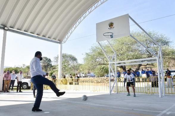 En su arribo a la comunidad de Palo Prieto, Blanco Bravo encabezó el tradicional corte inaugural de la cancha de usos múltiples de la unidad deportiva, como parte de las acciones que impulsa el gobierno estatal en coordinación con los municipios para la recuperación de espacios públicos