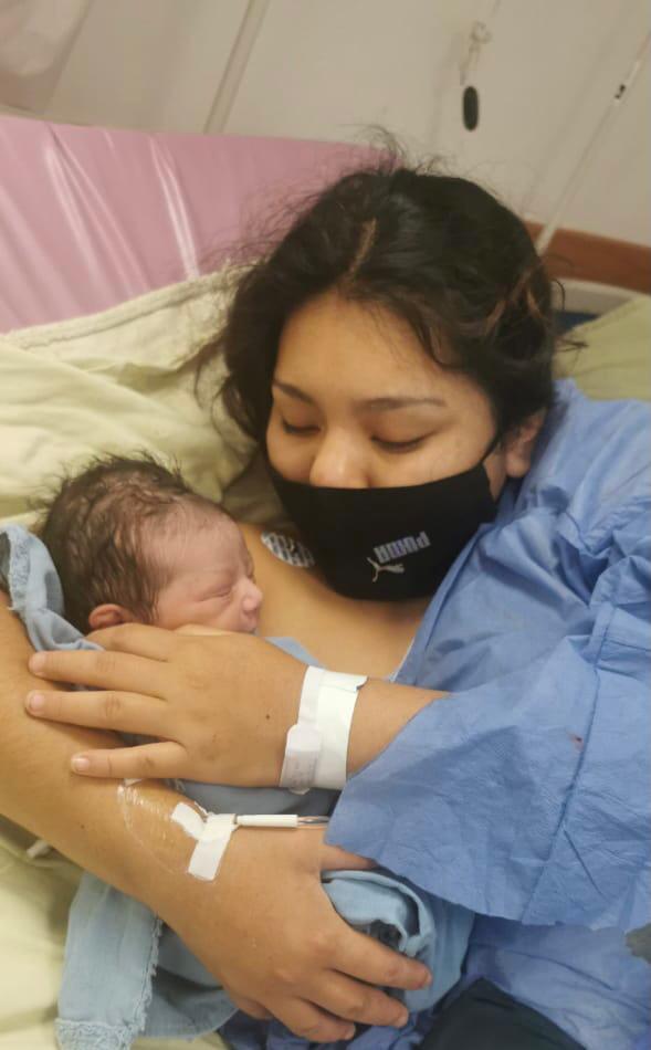 La recién nacida fue recibida por cuatro médicos especialistas, Edith Citlali Serrano Medina, Oliver García Zamora, Roxana Rodríguez Millán y Leticia Ivónne Ibarra Meza, quienes en todo momento se mantuvieron pendientes de la salud y bienestar de la niña y su mamá