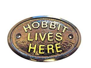 LE HOBBIT LIVES HERE MAISON/JARDIN NOIR AVEC PLAQUE MURALE INSCRIPTION EN RELIEF OR