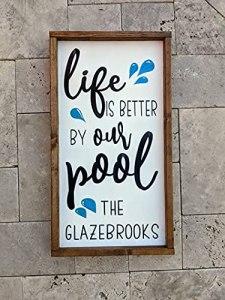 Panneau en bois avec inscription « Life is Better by our Pool » – Personnalisable – Pour l'extérieur, la piscine, la terrasse, la terrasse