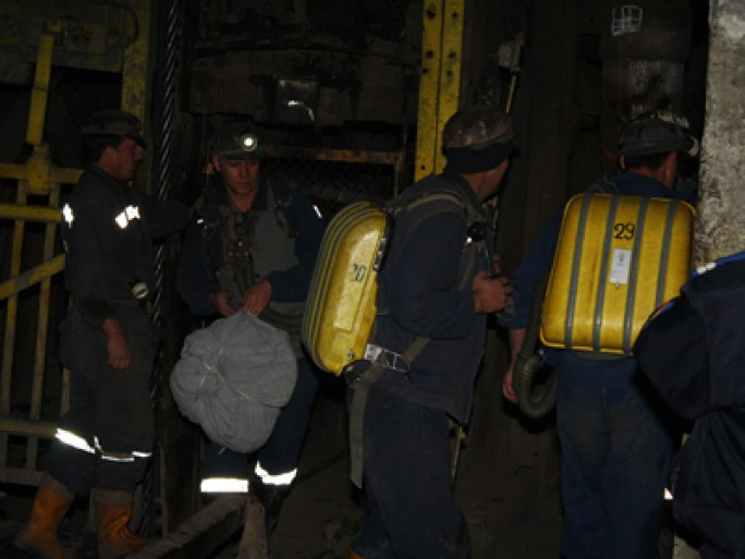 Trei dintre minerii salvatori care au reusit sa se salveze ies din subteran, in Petrosani, sambata, 15 noiembrie 2008. Doua explozii au avut loc, sambata, in mina Petrila, in urma carora 12 mineri si salvatori au murit si alte 13 persoane au fost ranite. CRISTI VATAVU / MEDIAFAX FOTO