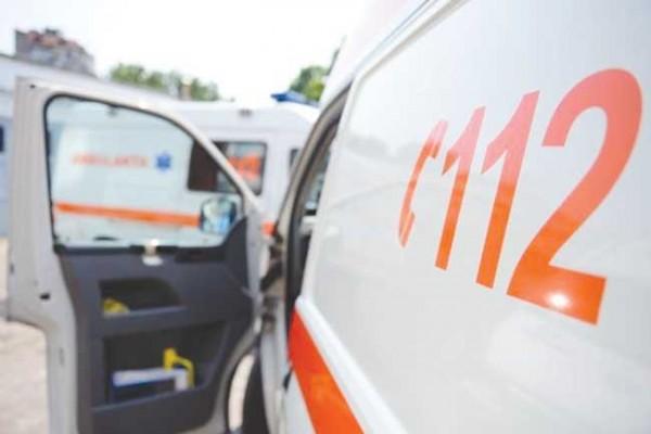Petroșani. Femeie acroşată cu oglinda retrovizoare a unei autoutilitare, trasportată la spital