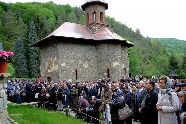 """Incident inexplicabil la Prislop. Ce s-a întâmplat cu o fetiţă când a intrat în mănăstire: """"Aşa ceva am văzut în filmele horror"""""""