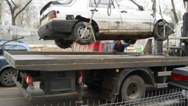 Cer ridicarea autoturismelor parcate ilegal
