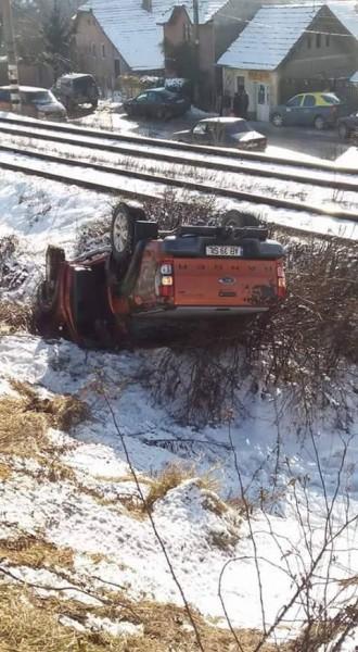 A sărit cu maşina pe linia ferată